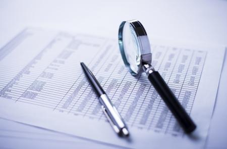 jaarrekening, documenten, dollars, vergrootglas en pen op bureau Stockfoto