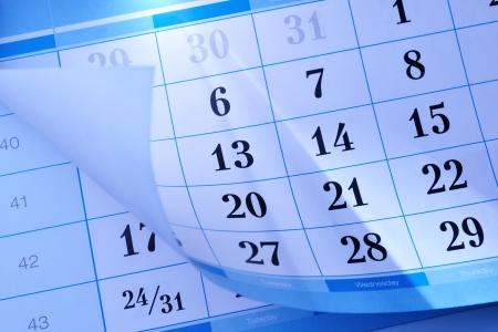 Calendrier montrant le mois et jours individuelles avec le coin retournées pour révéler une partie du mois ci-dessous