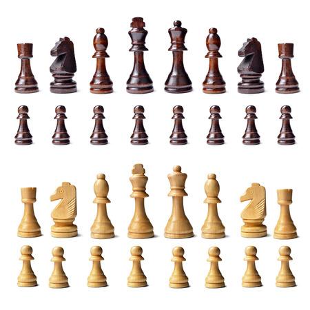 complemento: Ajedrez de madera Juego completo con s complemento completo de piezas de ajedrez en ambos colores alineados en filas aisladas en un fondo blanco