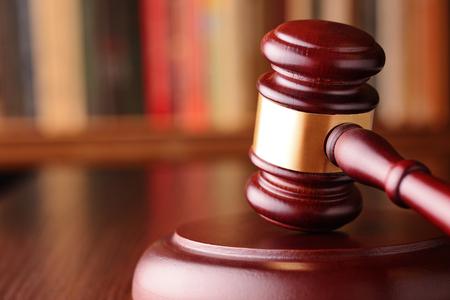 Close-up eines Vintage Hammer, auf unscharfen Hintergrund, Symbol der Unparteilichkeit und Richtigkeit, gerichtliche Entscheidungen, geschlossen Fällen und Gerechtigkeit Lizenzfreie Bilder