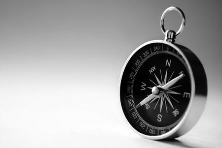 Nahaufnahme von einem Handheld-Magnetkompass mit Exemplar zeigt die Nadel Lizenzfreie Bilder