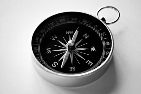 Gros point de vue d'une boussole de poche magnétique avec atelier montrant l'aiguille, la rose des vents et les points conceptuels de la planification, de la navigation, la découverte, Voyage et stratégie cardinaux
