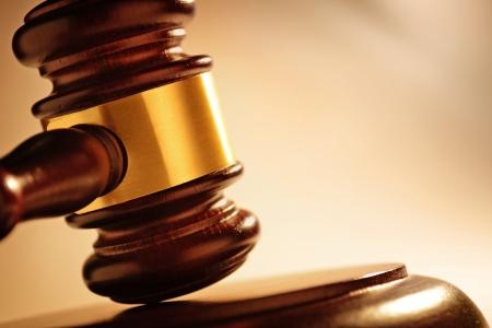 Nahaufnahme von einer Holz Richter oder Versteigerer Hammer mit einer Blaskapelle auf einem Holzsockel für die Bereitstellung Urteil