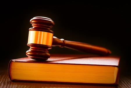 declaracion derechos del hombre: Madera y latón jueces martillo de pie sobre un libro de leyes conceptual de aplicación de la ley y de las sentencias en los tribunales Foto de archivo