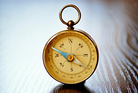Vue rapprochée d'un compas magnétique de poche avec copyspace montrant l'aiguille, rose des vents et les aspects conceptuels de la planification, de la navigation, de découverte, Voyage et stratégie cardinaux