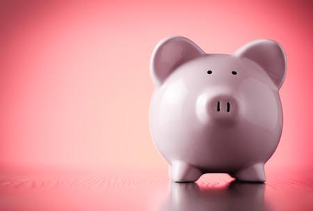 cuenta bancaria: Pink hucha mirando recto contra un fondo rojo colorido con viñetas en una esquina de ahorro, la inversión y el concepto financiero