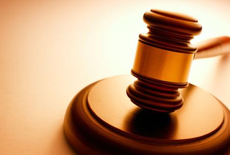 Marteau en bois avec une fanfare reposant sur un socle utilisé par un juge ou un commissaire-priseur et conceptuelle de la justice et des jugements rétroéclairé fort et copyspace