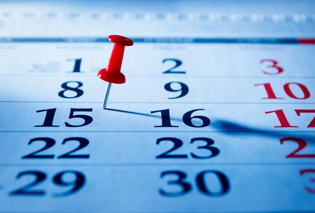 calendario: Contacto rojo que marca el 15o en un calendario como un recordatorio de un evento importante, de cerca vista de �ngulo bajo