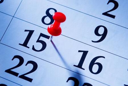 recordar: Contacto rojo que marca el 15o en un calendario como un recordatorio de un evento importante, de cerca vista de ángulo bajo