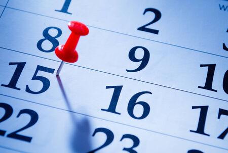 marking up: Contacto rojo que marca el 15o en un calendario como un recordatorio de un evento importante, de cerca vista de �ngulo bajo