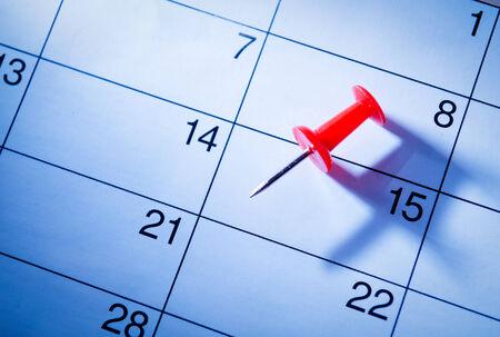 marking up: Contacto rojo que marca el d�cimo quinto en un calendario como un recordatorio de un evento importante, opini�n de �ngulo bajo