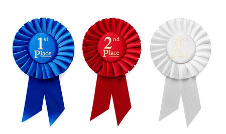 premios: 1�, 2� y 3er Lugar Rosetones de la cinta plisada o insignias en azul, rojo y blanco, respectivamente, con texto central aislado en una fila en un fondo blanco, vista a�rea