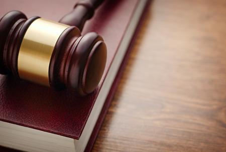 derecho penal: Cierre de marr�n el mazo de madera y Maroon libro encima de la tabla de madera, Destacando Legal o Ley Concept Foto de archivo