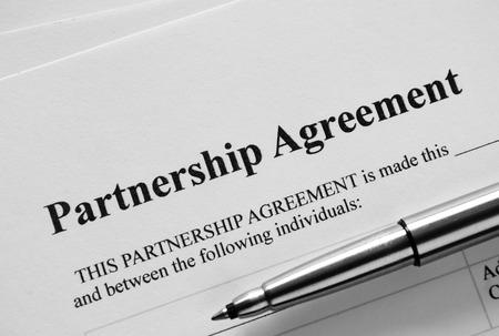 emphasising: Primo piano di partenariato dell'accordo di carta e penna, Sottolineando il titolo Part.