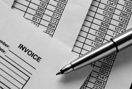 registros contables: Cierre de tiro de Conceptual Plata bolígrafo en la cima de la factura de papel impresos con figuras.
