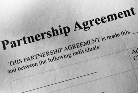 emphasising: Concettuale accordo di partenariato carta, sottolineando la parte della rubrica. Archivio Fotografico
