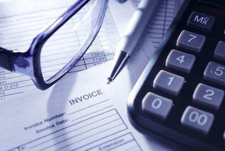 registros contables: Conceptual Primer plano de la calculadora, anteojos y bol�grafo en la cima de la factura Informes. Foto de archivo