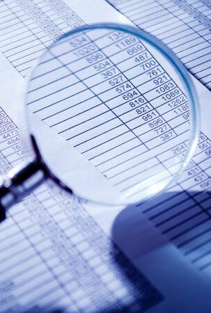 registros contables: Conceptual lupa sobre Top de Ventas Informes de facturas, Destacando que escudriñan las figuras.