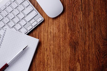 Concettuale Penna a sfera e tastiera bianca del computer e mouse su Top of tavolo in legno con copia spazio.