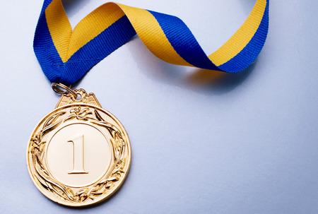 primer lugar: Medalla de oro en el primer plano de la cinta azul amarillo