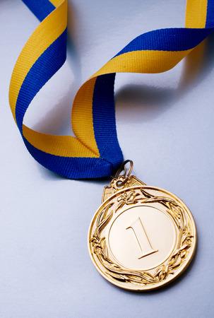 노란색 파란색 리본에 전경에서 금메달