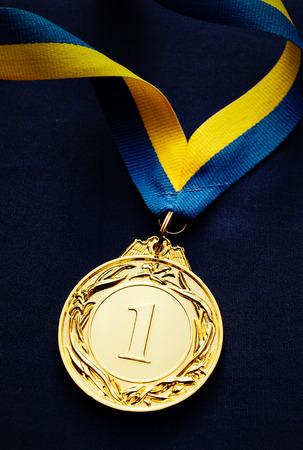 노란색, 파란색 리본 전경에서 금메달 스톡 콘텐츠