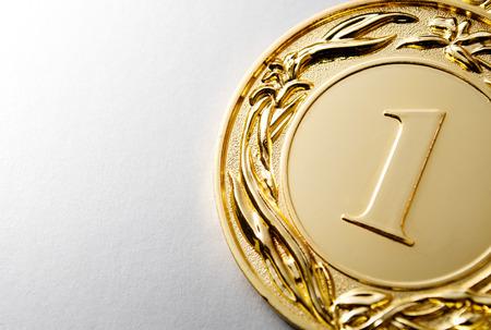 Gouden medaille winnaar op een witte achtergrond Stockfoto