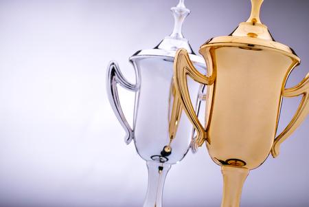 winner: El oro y trofeos de plata en espera de ser adjudicado al ganador y finalista en un concurso con el foco de la copa de oro delante