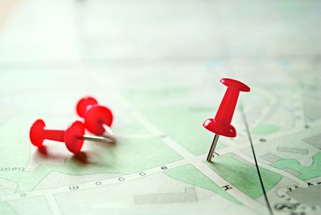 概念 3 赤いマーキングのピン立ち、緑の上に横になっている白い地図です。 写真素材