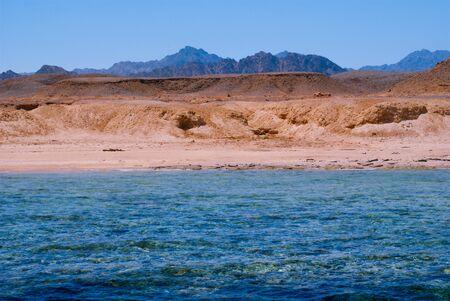 monte sinai: Vista de la costa del Mar Rojo y Sinaí, Egipto en un día soleado