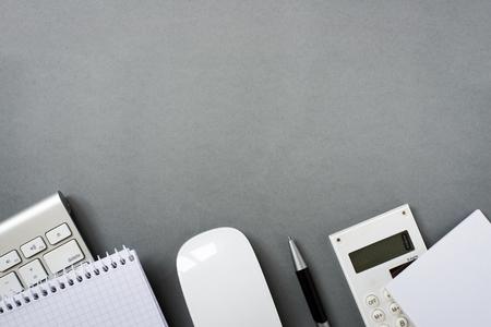 맥 컴퓨터 키보드 및 마우스 메모 패드, 계산기 및 펜 회색 책상에 충분한 복사본 공간의 높은 각도보기