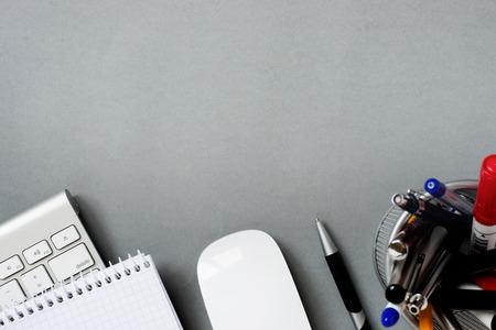 충분한 공간을 복사 회색 책상에 노트 패드 및 전체 펜 홀더와 높은 각도 맥 컴퓨터 키보드의보기 및 마우스