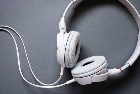 audifonos: Vista elevada de Modern Auriculares Audio blanca con cable en el fondo gris