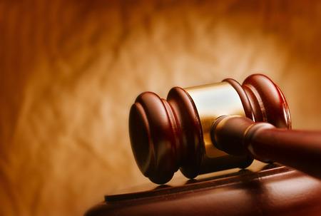 망치를 닫습니다. 법과 정의의 개념적 이미지입니다. 스톡 콘텐츠