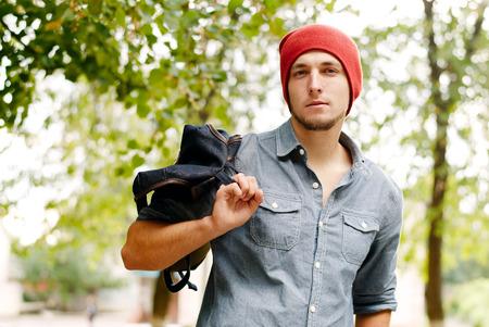 uomo rosso: Bel giovane uomo in un berretto rosso che trasportano uno zaino