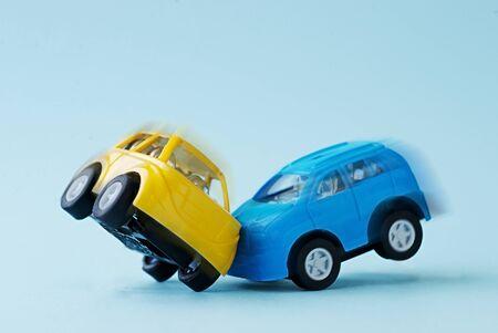 青い背景の 2 つのおもちゃの車の衝突のクローズ アップ 写真素材