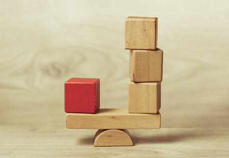 균형을 표시하는 나무 장난감 블록의 개념 스톡 콘텐츠