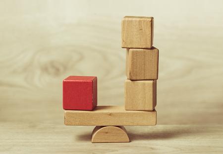 Il concetto di equilibrio mostrato blocchi di giocattoli di legno Archivio Fotografico - 66716546