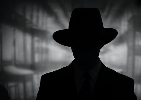 빈티지 스타일의 신비한 남자의 실루엣은 넓은 가까이 검은 색과 흰색 머리와 어깨 초상화에 모자 챙 스톡 콘텐츠