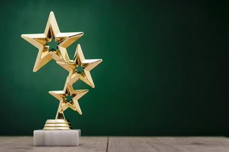 競争またはコピーの領域で緑背景に台座の上選手権の成績で 1 位に授与される 3 つ星金賞の受賞者賞を受賞
