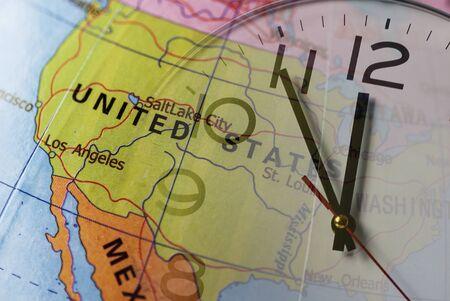 Doble exposición de globo colorido con Estados Unidos y reloj Foto de archivo