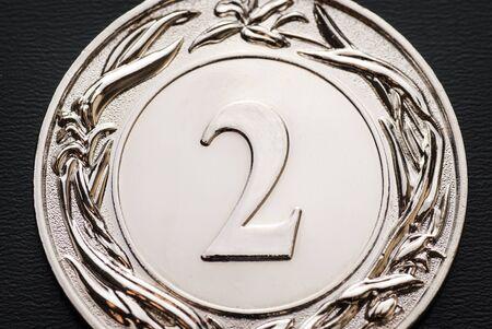 Medalla de plata para el segundo lugar de una competencia o carrera en una vista recortada de cerca Foto de archivo