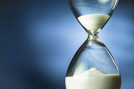 Arena corriendo a través de un reloj de arena o un reloj de arena Foto de archivo
