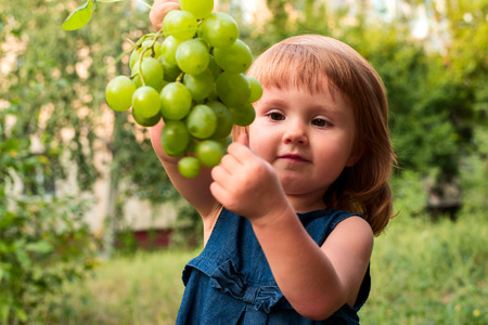 cognicion: Girl with the cluster of vine.