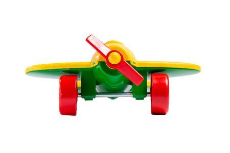 gelbes Spielzeugflugzeug mit Propeller und Fahrwerk isolieren auf weißem Hintergrund ohne Schatten. Konzept von Reisen und Flug. Standard-Bild