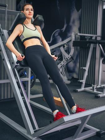 La ragazza fa esercizi in palestra