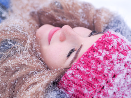 Girl laying at the snow portrait Banco de Imagens