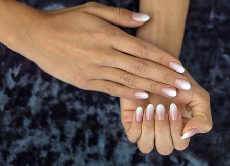 Französischer Ombre Pfirsich und Weiß des Maniküreentwurfs Standard-Bild - 86789266