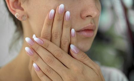 hermosas womans uñas con manicura manicura hermosa francés Foto de archivo
