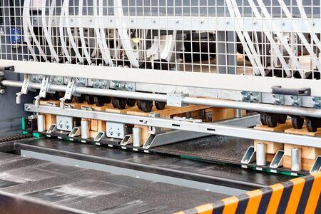 Produzione di pallet in legno su una moderna linea automatica per la lavorazione del legno.